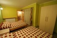 Sypialnia w domu letniskowym w Sarbinowie - 2 łóżka i szafa