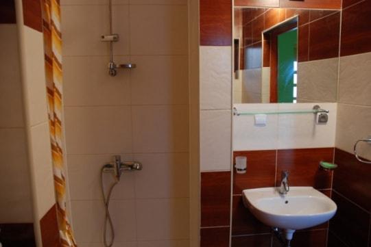 Łazienka z prysznicem w domu letniskowym dla 2 - 4 osób w Sarbinowie